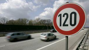 Una senyal marca el límit de velocitat en 120 km/h. (Foto: Reuters)
