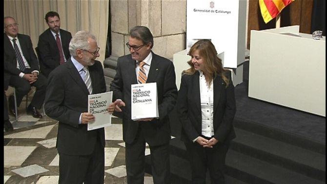 Mas, entre Viver Pi-Sunyer i Núria Bosch, mostren el Llibre Blanc de la Transició Nacional.