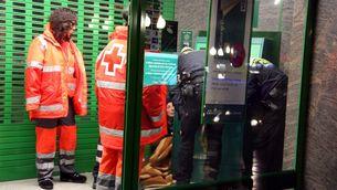 """Els efectius de l'""""operació Iglú"""" atenen una dona que dorm en un caixer de la Rambla Nova de Tarragona. (Foto: ACN)"""