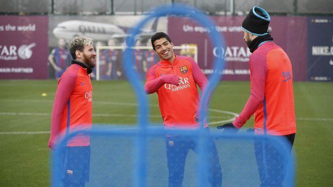 Piqué, Umtiti i Iniesta s'entrenen amb el grup en l'últim entrenament abans de marxar cap a Anoeta