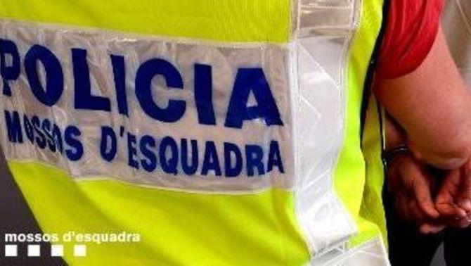 Detingut per ocupar pisos i oferir-los per 2.000 euros amb aigua i llum punxades