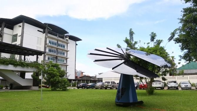 L'Smartflower POP instal·lat a l'escola De La Salle Lipa (APTN)