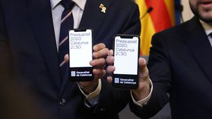 Aragonès i Torrent mostren als telèfons mòbils el projecte de pressupostos (ACN / Gerard Artigas)