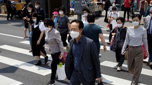 Persones amb mascareta creuen un pas zebra a Seül (Reuters / Kim Hong-Ji)