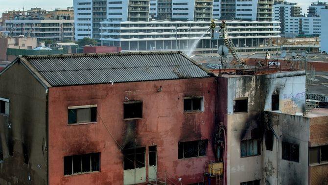 Tres víctimes mortals a la nau incendiada de Badalona