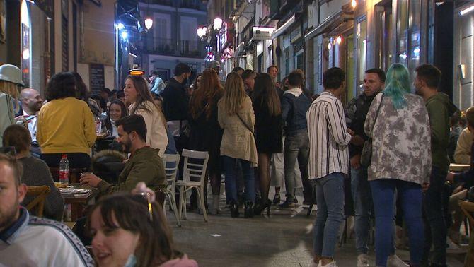 Indignació per les imatges de festa en ple centre de Madrid, malgrat el toc de queda