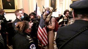 Les imatges dels assaltants dins del Capitoli van fer la volta al món (Reuters)