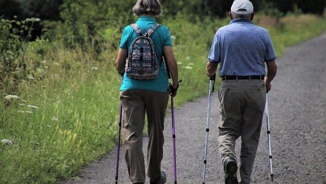 Dos jubilats caminant per un camí rural (Europa Press)