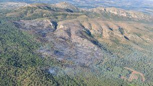 Imatge aèria d'aquest divendres, quan l'incendi ja ha cremat un centenar d'hectàrees