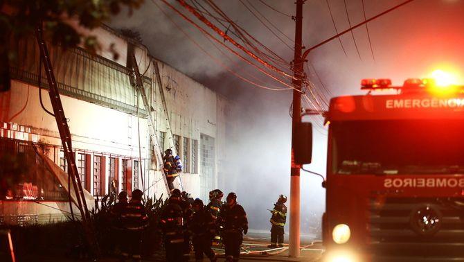 Els bombers treballen en l'extinció de l'incendi a la cinemateca Brasilera de Sao Paulo (Reuters/Carla Carniel)