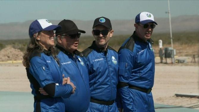 El 'capità Kirk', William Shatner, amb la resta de la tripulació de la Blue Origin