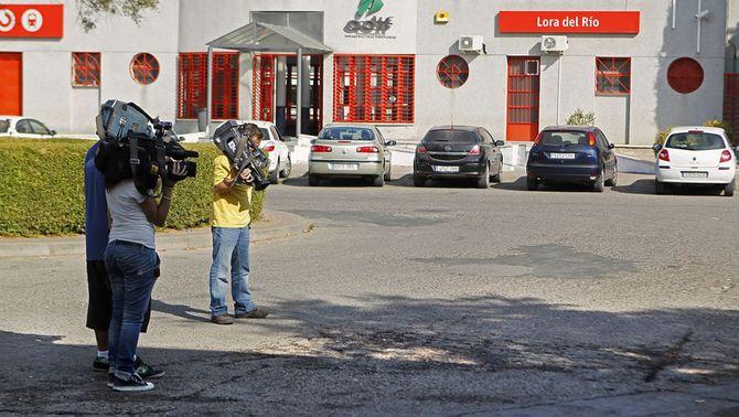 Les càmeres de televisió graven el lloc de l'apunyalament a l'estació de tren de Lora del Río. (Foto: EFE)
