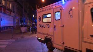 Una ambulància atén els ferits de la sala Bataclan