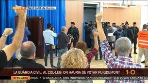 La Guàrdia Civil entra per la força al col·legi on havia de votar el president Puigdemont