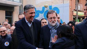 El líder del PP, Mariano Rajoy, i el candidat del PPC, Xavier García Albiol, durant la campanya electoral al barri de Llefià de Badalona (ACN)