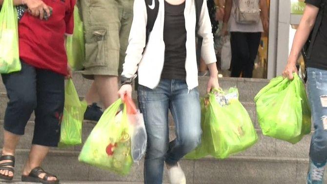 Compradors amb bosses de plàstic