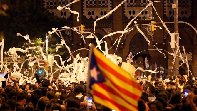 Massiva manifestació dels CDR al voltant de la Monumental de Barcelona