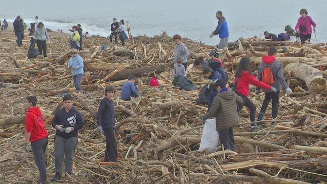 Centenars de persones netegen les platges malmeses pel pas del Gloria