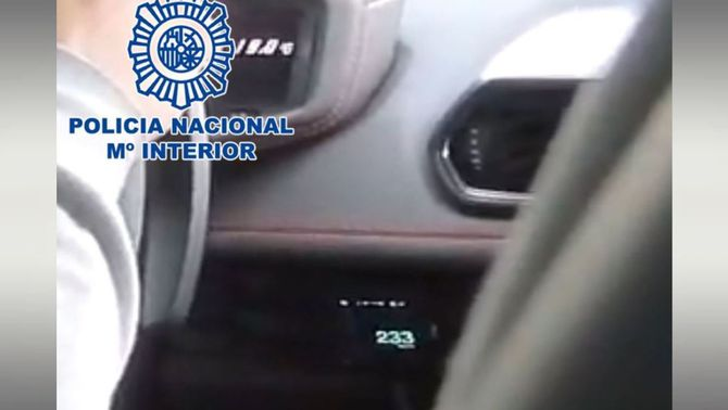 Detingut un youtuber que es va gravar conduint a 233 km/h