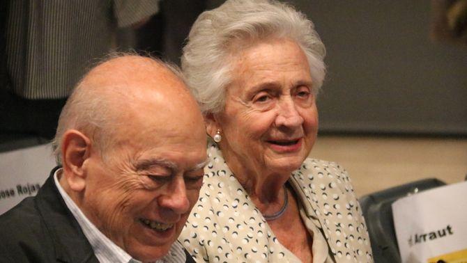 Marta Ferrusola, amb Jordi Pujol, durant la presentació d'un llibre de Quim Forn (ACN / Bernat Vilaró)