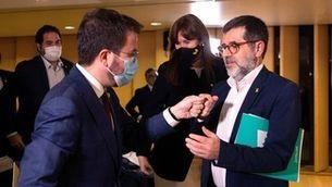 Aragonès i Sànchez se saluden el dia de la conferència del líder de Junts a L'Auditori