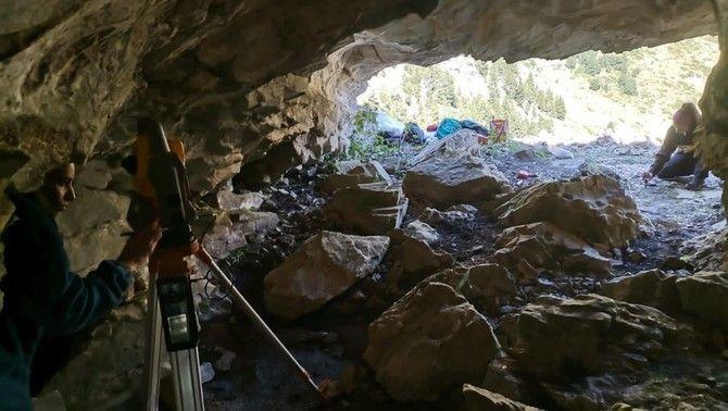 Troben restes d'os bru i malaquita en una cova prehistòrica sota el Puigmal