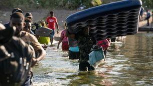 Milers de migrants demandants d'asil als EUA malviuen sota un pont a Texas