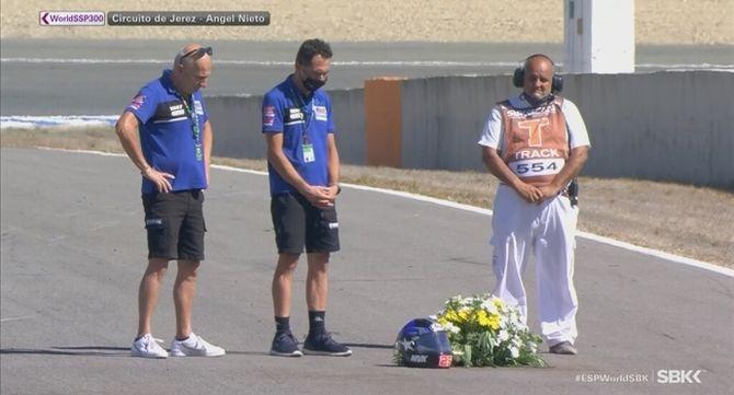 Membres de l'equip Viñales, amb un ram de flors sobre la pista