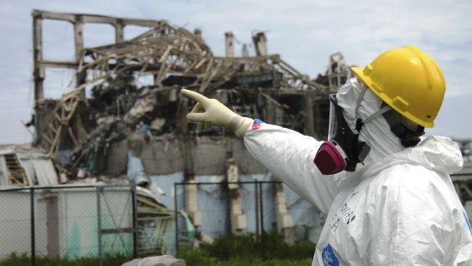 Operaris treballant a la central nuclear de Fukushima