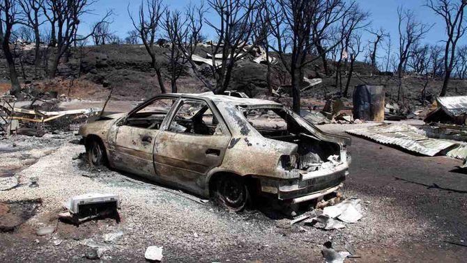 Un vehicle cremat en els focs a l'Alt Empordà (Foto: ACN)