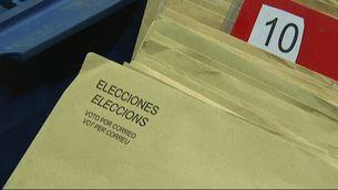 Detall d'uns sobres per votar per correu en una oficina de Barcelona