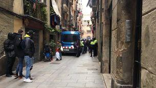 Un moment de l'operació policial contra els narcopisos a Ciutat Vella