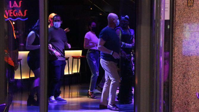 Gent ballant en un pub a Sitges, dins la prova pilot de l'oci nocturn del 20 de maig (ACN/Gemma Sánchez)