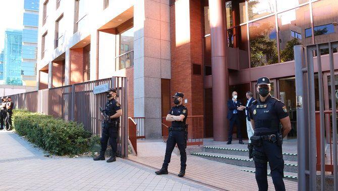 Pla general de l'entrada de la seu del Tribunal de Comptes al carrer Torrelaguna de Madrid on estan citats els 40 excàrrecs del Govern per les despeses d'acció exterior, el 29 de juny de 2021 (horitzo