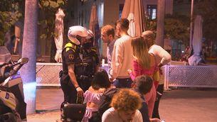 La Guàrdia Urbana ha informat els assistents que no es podia beure a l'espai públic