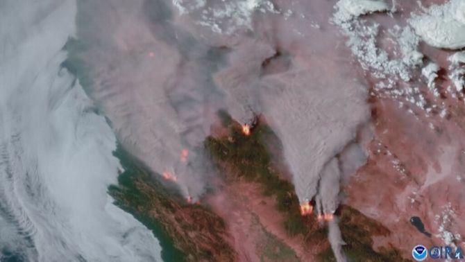 Vista aèria de les columnes de fum dels incendis del nord de Califòrnia