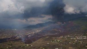 El núvol del volcà i la llengua de lava el cinquè dia d'erupció