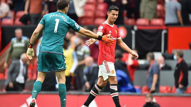 Cristiano, saludant el porter rival