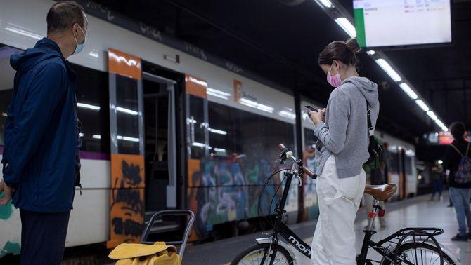 Usuaris de Rodalies, en una andana de l'estació de Sants, durant la vaga de dimarts passat (EFE/Marta Pérez)