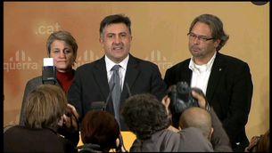 Joan Puigcercós, acompanyat d'Anna Simó i Ernest Benach, en la compareixença per valorar els resultats electorals.