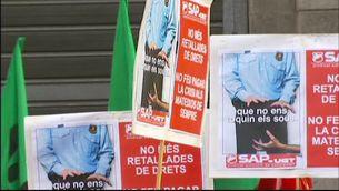 Concentració dels delegats dels sindicats de la Funció Pública davant de la seu del Departament de Governació.