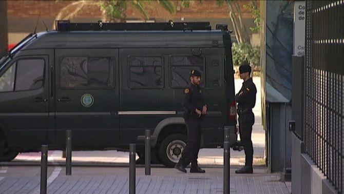 """Agents de la Guàrdia Civil fan diversos escorcolls en la tercera fase de l'""""operació Petrum"""""""