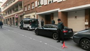 Agents de la Guàrdia Civil davant la casa d'Antoni Vives