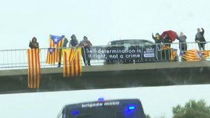 Estelades, llaços grocs i pancartes de suport en el trajecte dels presos a Madrid