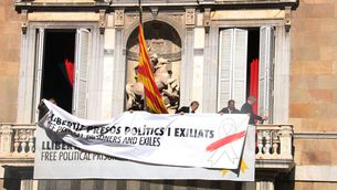 Canvien la pancarta del balcó de la Generalitat, ara amb un llaç blanc i un traç vermell