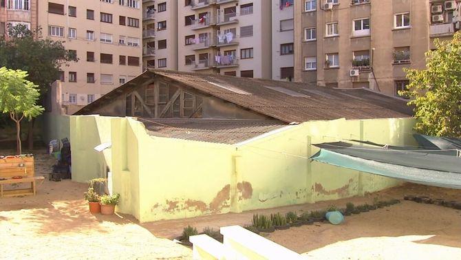 Queixes dels pares d'una escola de l'Eixample per l'amiant que hi ha en una teulada veïna