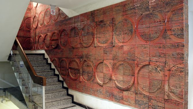 Mural ceràmic de Subirachs al vestíbul del desaparegut edifici Mercuri