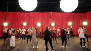 Imatge dels artistes cantant la cançó de l'espot de La Marató amb Jordi Cubino