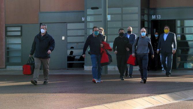 Els set presos de Lledoners, sortint del centre penitenciari després d'obtenir el tercer grau, el 29 de gener (ACN / Mar Martí)