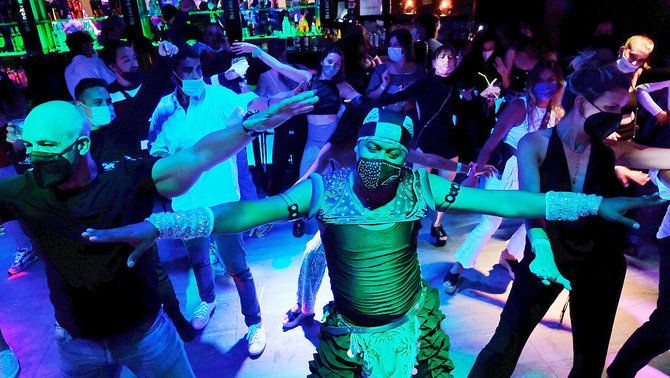 Ball amb mascareta, però sense distàncies en l'assaig clínic al carrer del Pecat